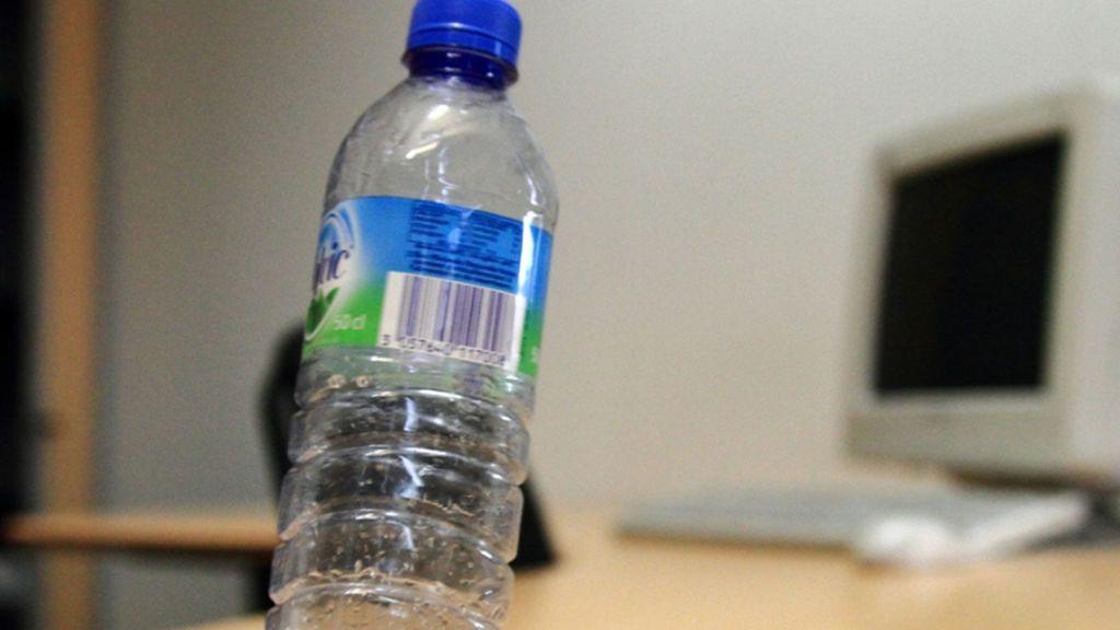 Ambientazo laboral en Milán: Inyecta ácido en la botella de agua de su compañero de trabajo