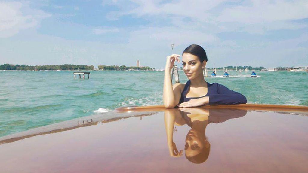 El desembarco de Georgina: vestido lencero y más detalles de su paso de estrella por el Festival de Venecia