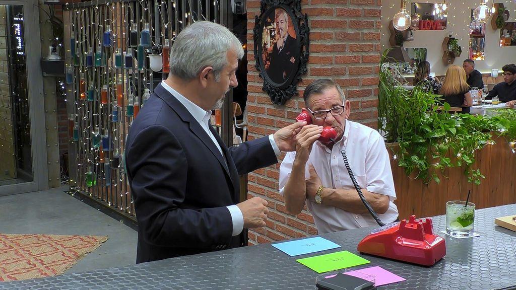Carlos Sobera y Pedro atienden el teléfono rojo en el restaurante de 'First dates'.