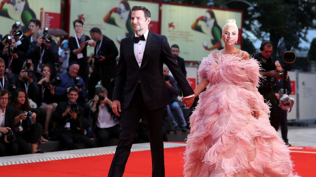 Bradley Cooper y Lady Gaga llegando a la alfombra roja del Festival de Cine Internacional de Venecia