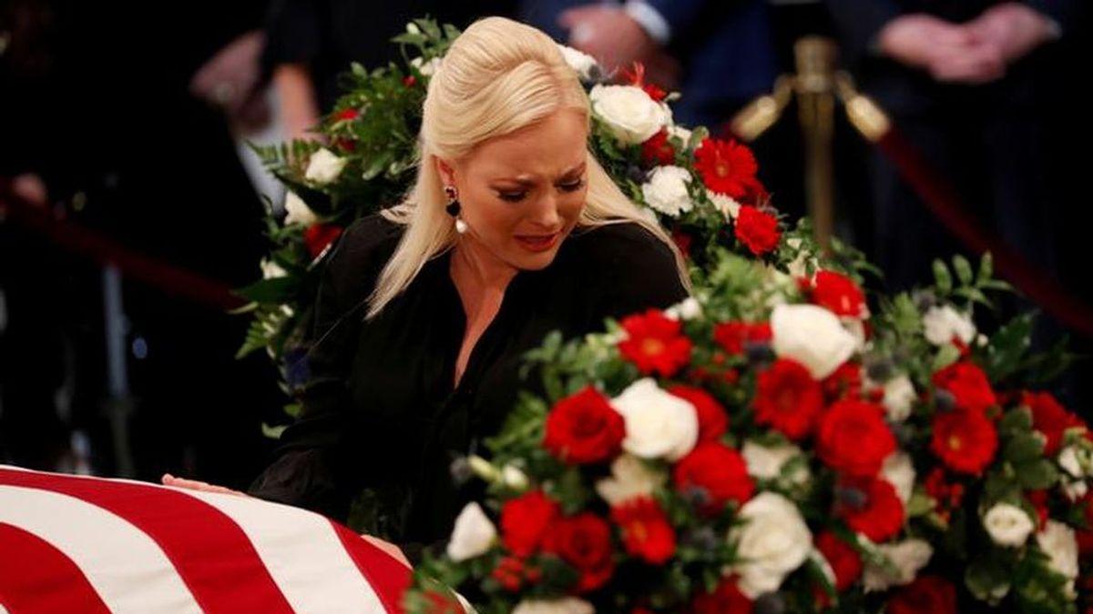 Meghan MCcain ataca a Trump durante el funeral de su padre