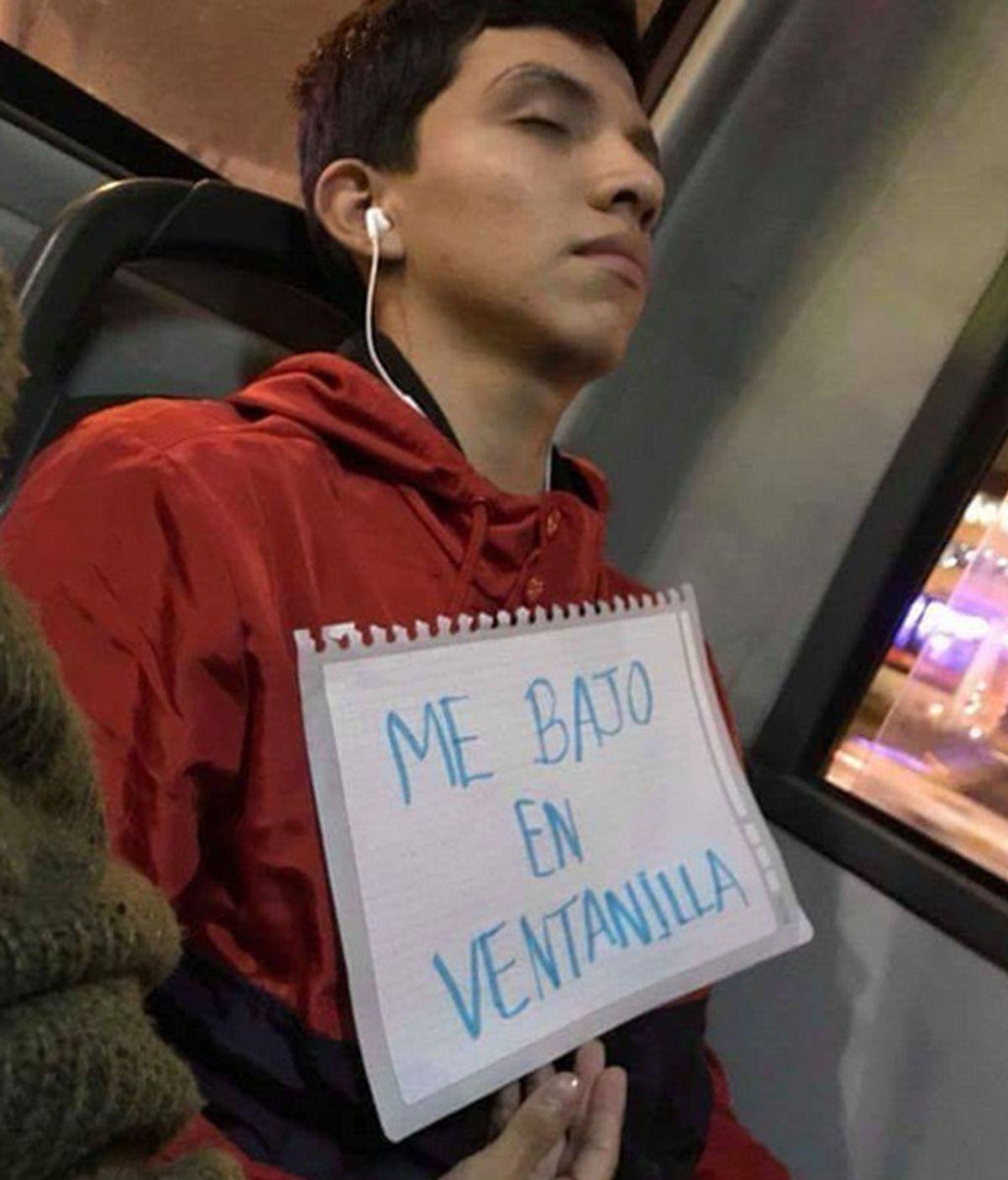 El curioso método de un joven peruano para no pasarse de parada cuando se duerme en el autobús
