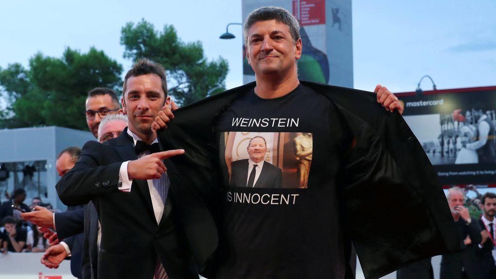 """""""Weinstein is innocent"""", la polémica camiseta que ha lucido Luciano Silighini Garagnani en la Mostra Venecia"""