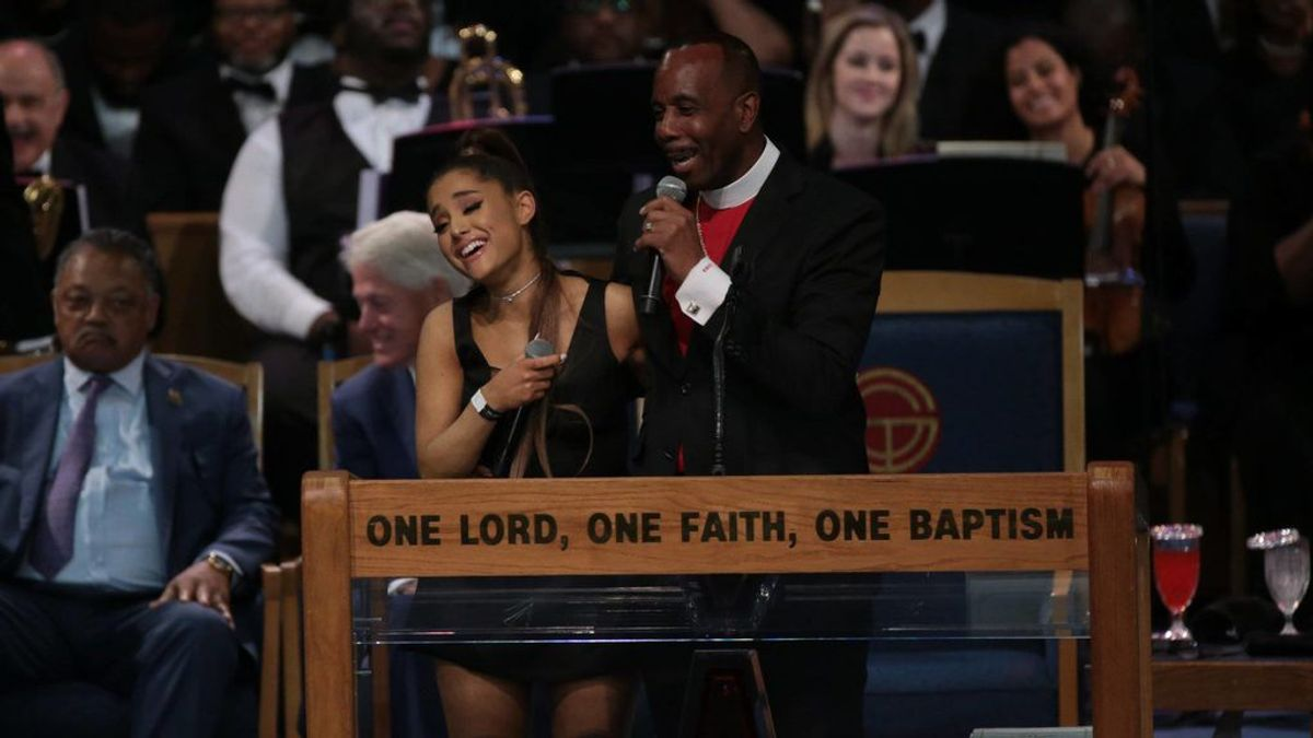 Se disculpa el obispo que acosó a Ariana Grande en el funeral de Aretha Franklin