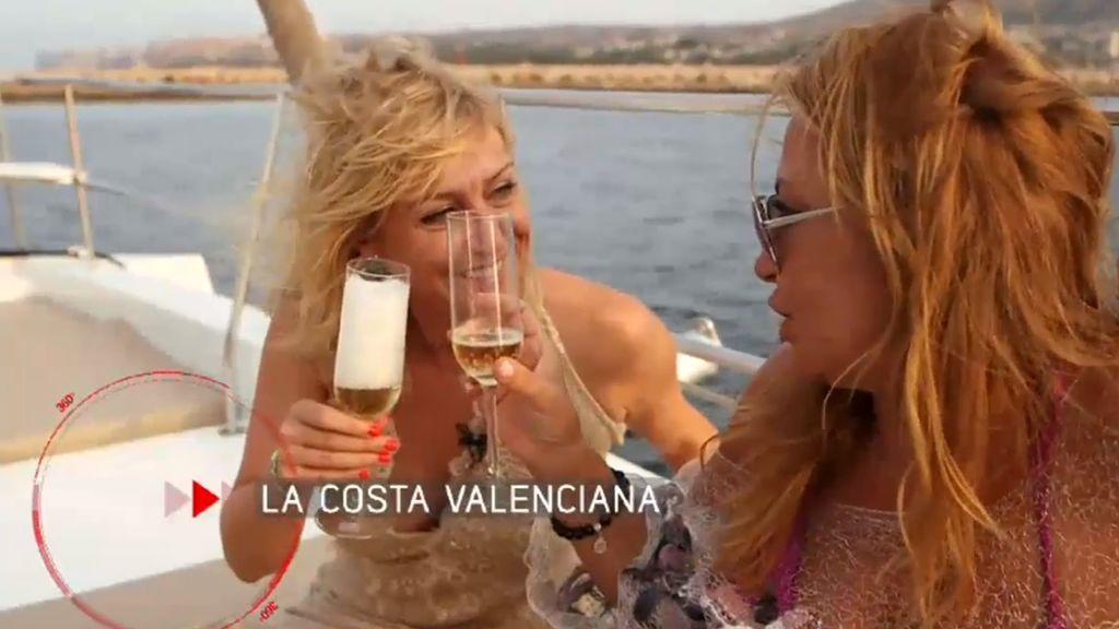 Cristina Tárrega (derecha), anfitriona de Mireia Llinares en el programa de 'El verano en el punto de mira' que Cuatro dedica el lunes 3 de septiembre a la costa valenciana.