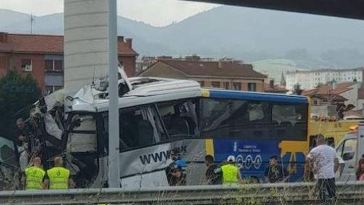 Brutal choque de un autobús contra un pilar de un viaducto en Avilés