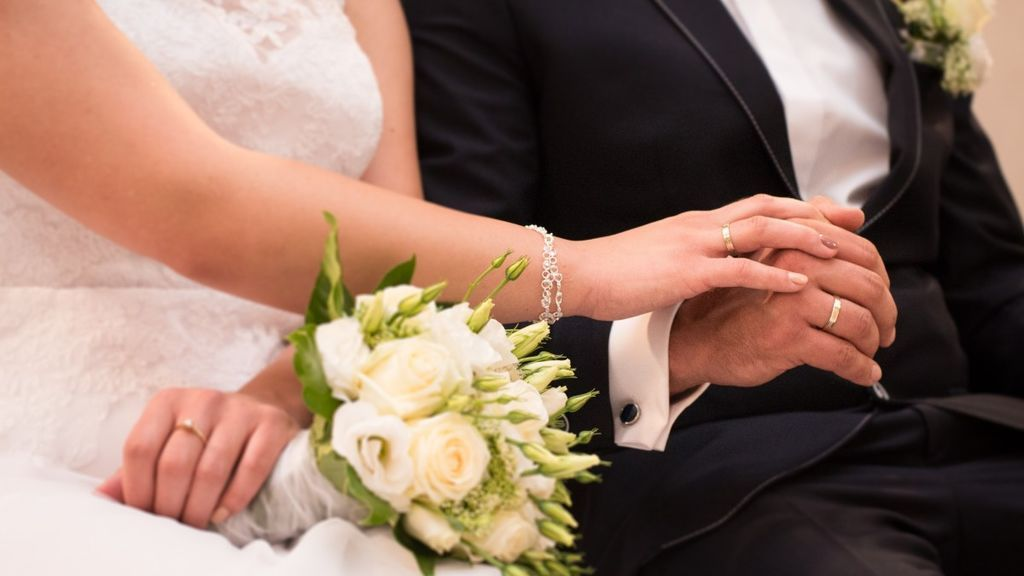 Adoptado de recién nacido, encuentra a sus padres biológicos 36 años después y oficia su boda