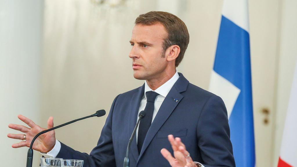 Macron se hunde en popularidad... y deja a los niños sin móvil en la escuela