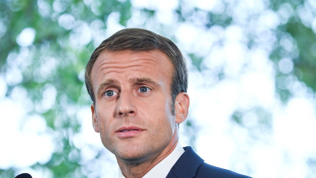 Macron 'castiga' sin móvil en las aulas a los menores de 15 años