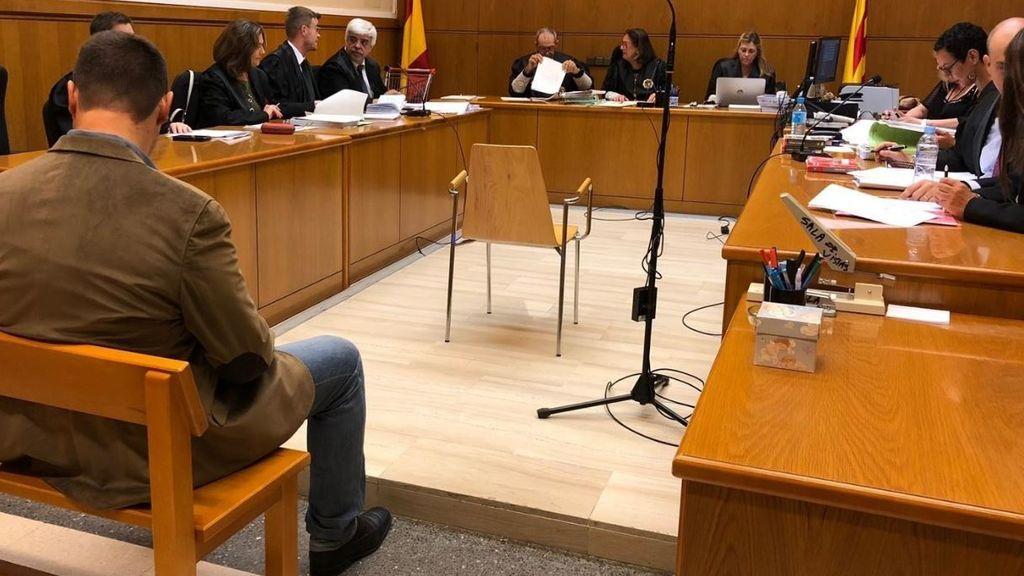 El Mosso que grababa a sus compañeras en el vestuario se hunde en el juicio