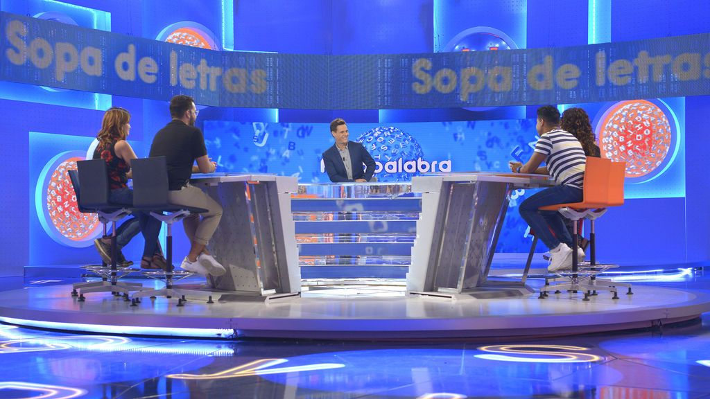 El presentador Christian Gálvez y los concursantes, en el nuevo plató de 'Pasapalabra'.