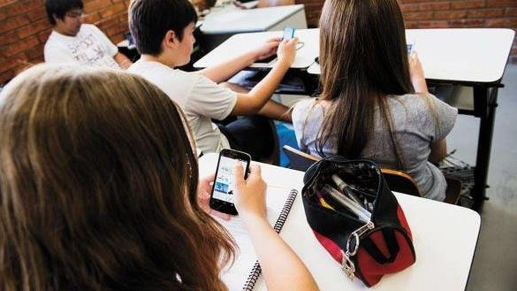 ¿Teléfonos móviles en los colegios, sí o no? La comunidad educativa responde