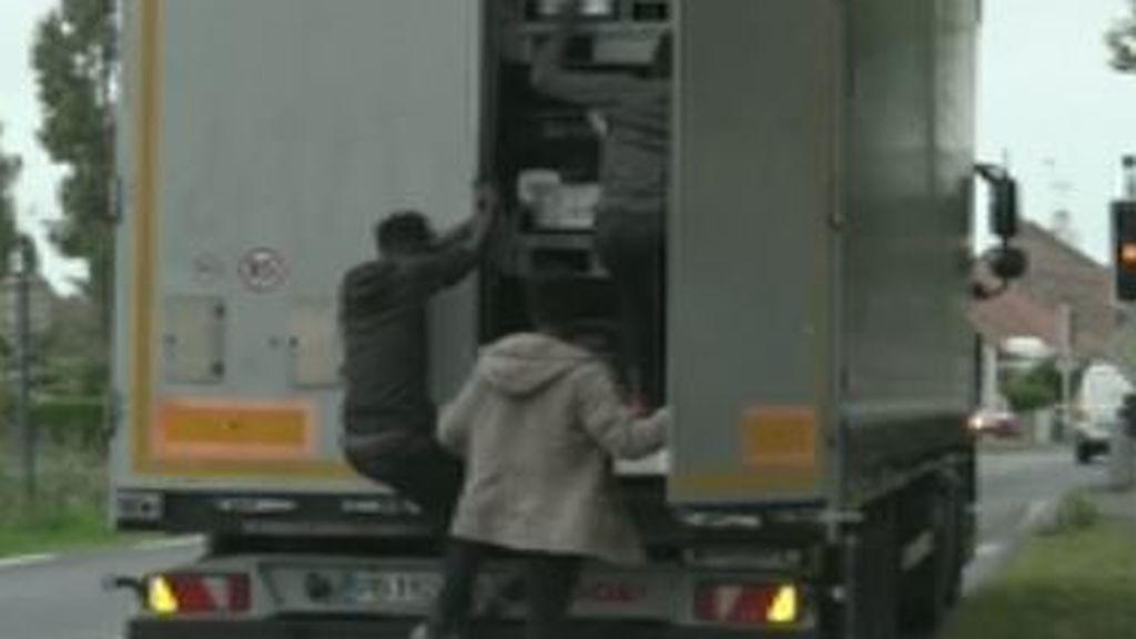Migrantes a la caza del camión en marcha