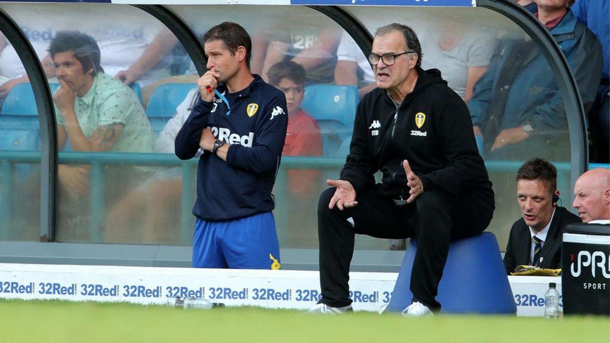 De locos: Aficionado del Leeds United se tatúa a Marcelo Bielsa sentado sobre una banqueta