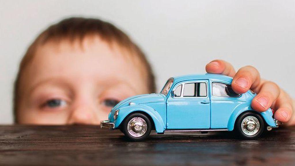 Niño con coche