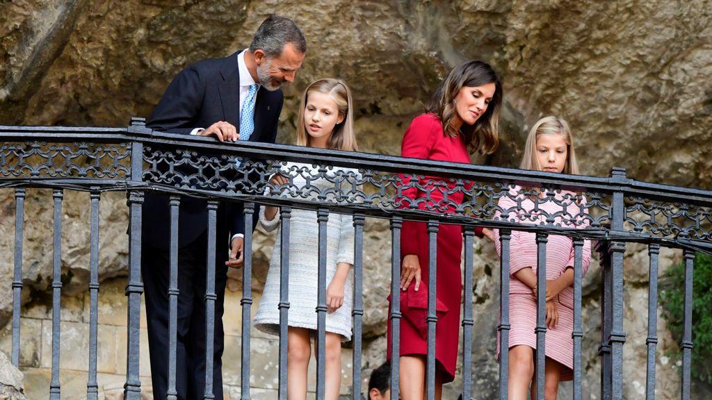 La familia real visita la Santa Cueva , Asturias