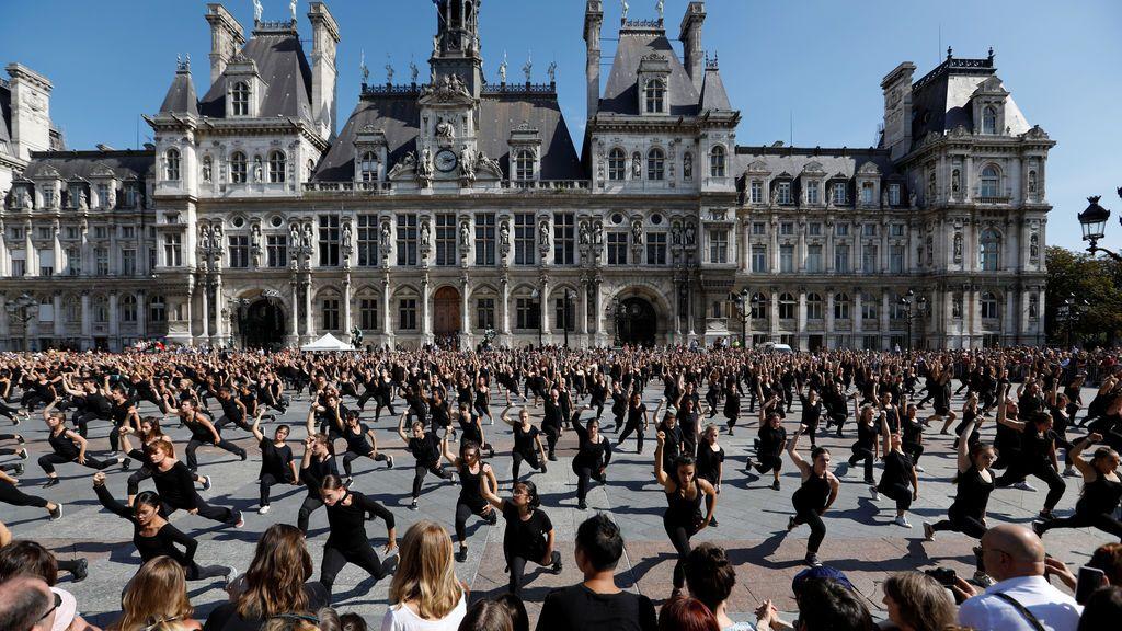 700 bailarines profesionales y amateurs actúan en la explanada del ayuntamiento de París