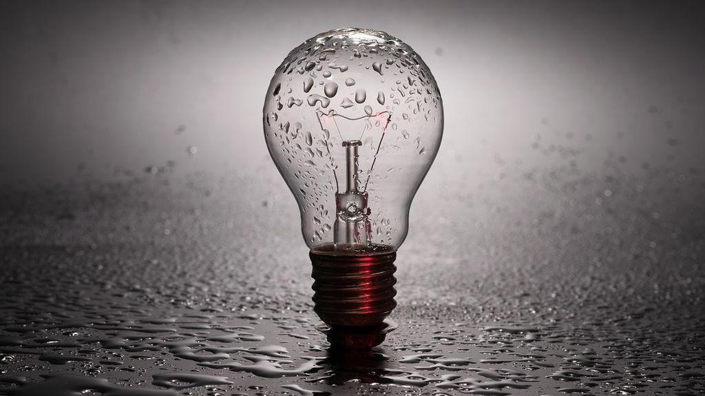 Sube la luz: claves para entender por qué la falta de viento y lluvia la encarecen