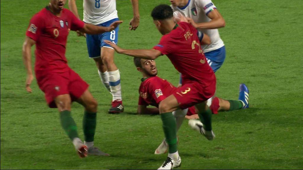 Brutal entrada de Pepe sobre Chiesa que le cuesta la amarilla y el central se lo agradece al árbitro