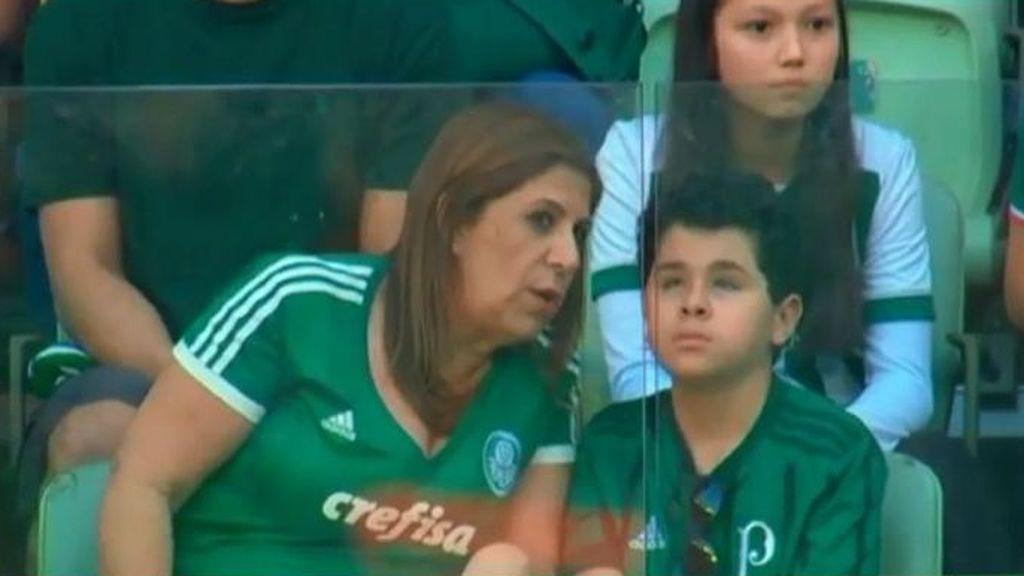 Nicolás, el hincha de 11 años y con ceguera del Palmeiras que vive los partidos en la grada gracias a las narraciones de su madre