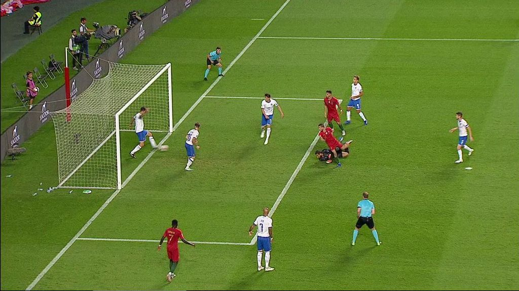 ¡Bajo palos! Italia salva el 1-0 de Bernardo Silva sobre la misma línea de gol