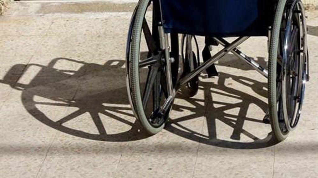 """La mujer muerta tras volcar su silla de ruedas al salir de una iglesia falleció por causas """"no traumáticas-naturales"""""""