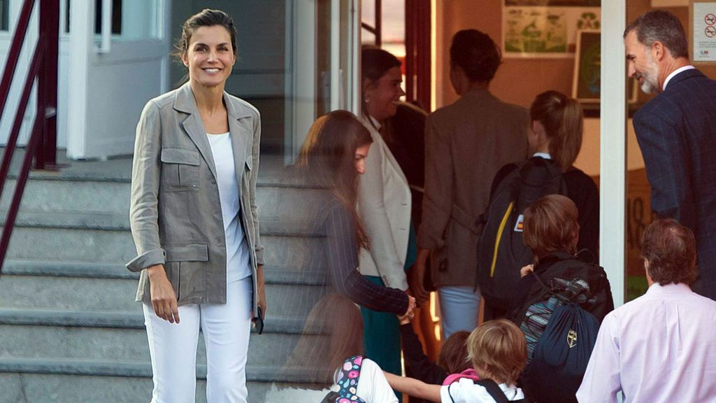 Letizia, sin maquillaje y en zapatillas en la vuelta al cole de sus hijas
