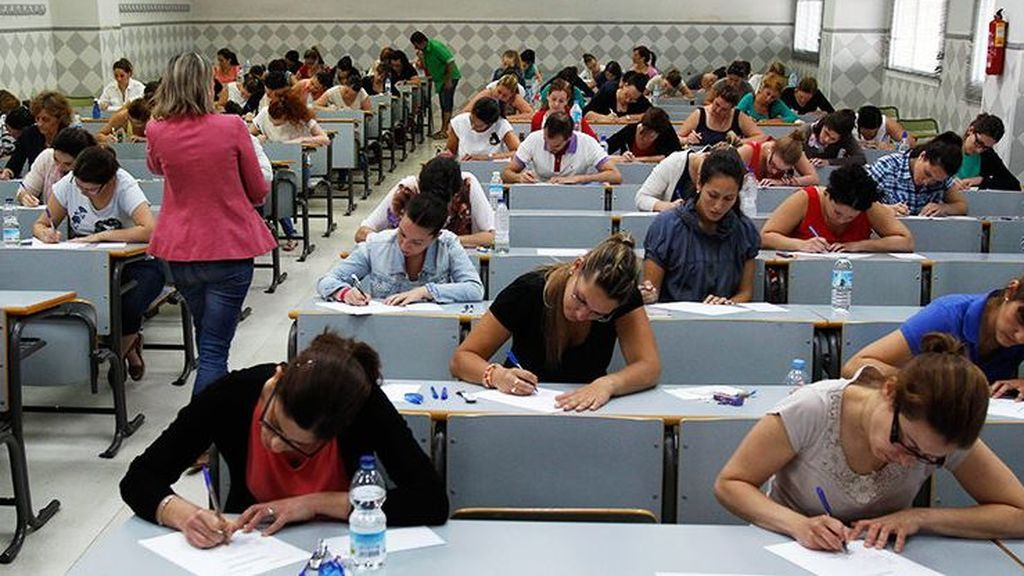 Adiós a algunos mitos: los profesores no trabajan tantas horas y sus salarios son altos, pero no suben