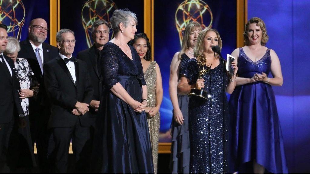 El equipo de la NASA recoge el Emmy por la misión Cassini.