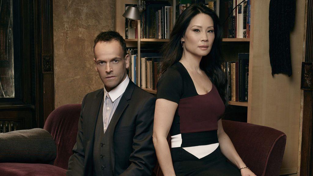 Jonny Lee Miller y Lucy Liu son Sherlock Holmes y la doctora Joan Watson en la serie 'Elementary'.