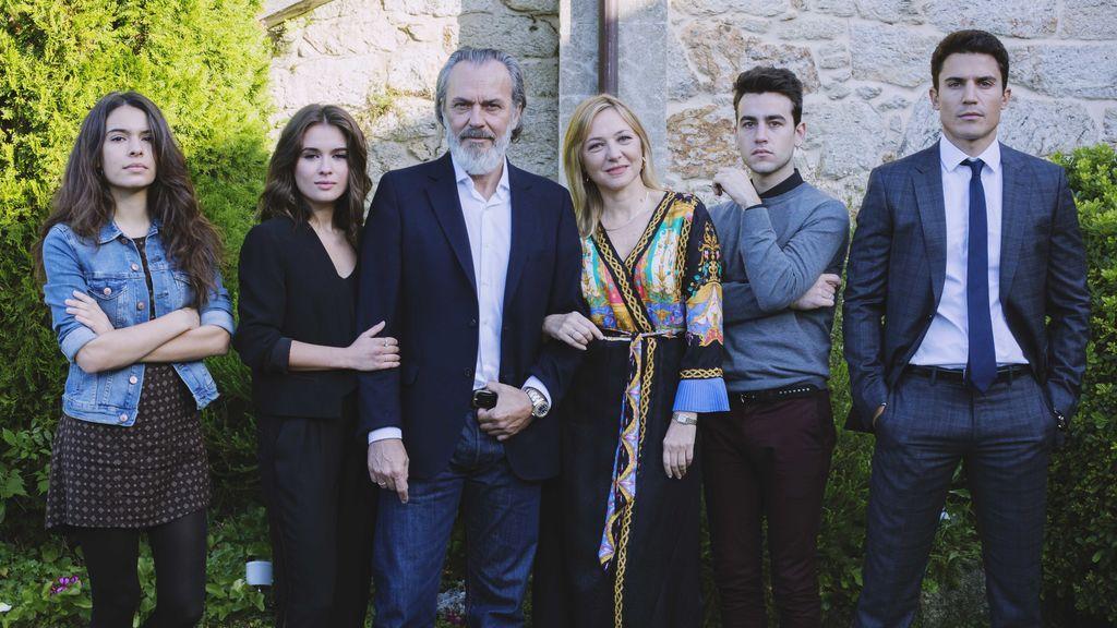 Los actores Claudia Traisac, Giulia Charm, Jose Coronado, Pilar Castro, Álex Monner y Álex González protagonizan la serie de Telecinco 'Vivir sin permiso'.