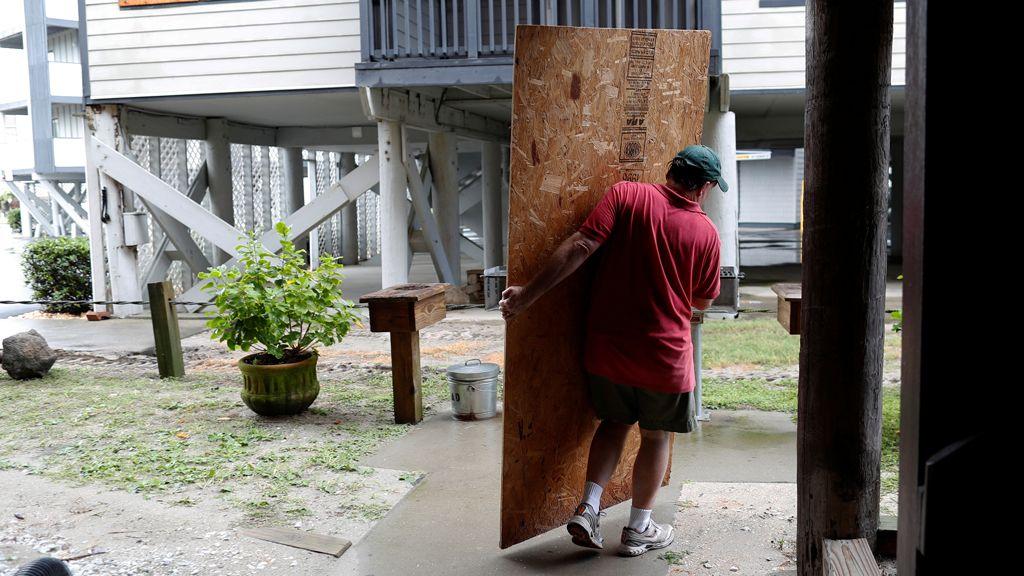 """Los estadounidenses se preparan ante el imparable y """"monstruoso"""" huracán Florence"""