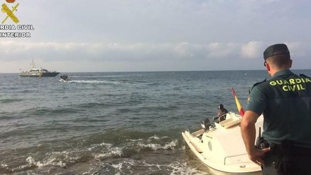 La Guardia Civil salvan en Málaga la vida a un inmigrante y dejan que los demás huyan