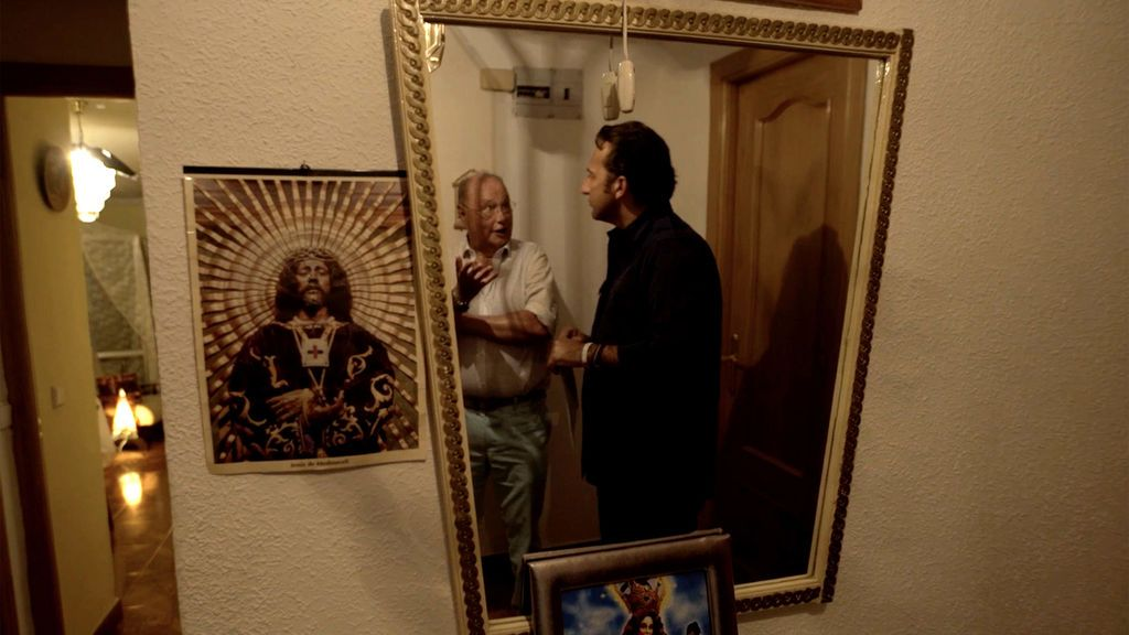 Iker Jiménez entrevista a José Pedro Negrí, el inspector encargado del 'expediente Vallecas', en el domicilio familiar donde se produjeron los sucesos paranormales, el domingo 16 de septiembre en Cuatro (21.30).