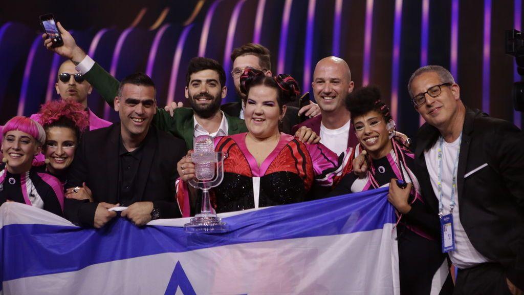La cantante israelí Netta Barzilai, con el trofeo de la victoria en Eurovisión 2018, el 12 de mayo en Lisboa.