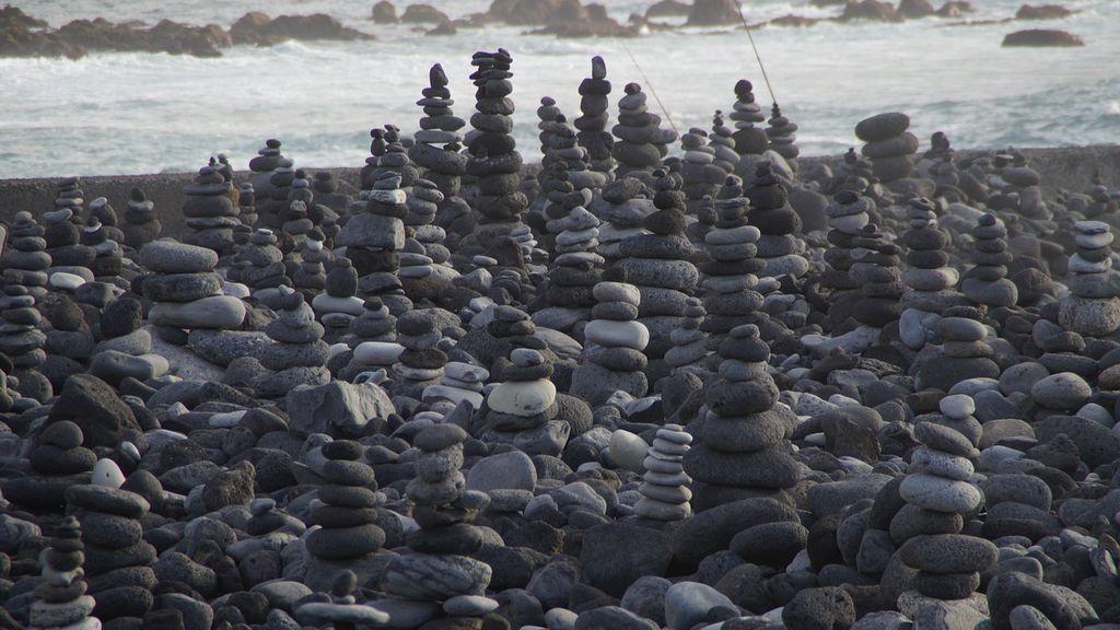 Cómo afecta al entorno la moda de apilar piedras en playas y montañas