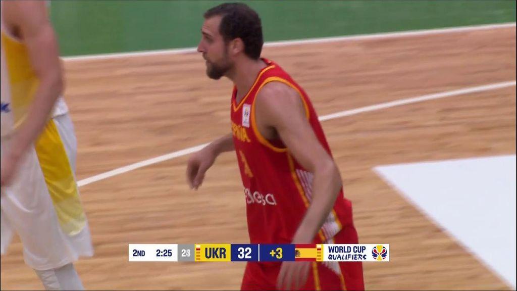 ¡Yusta y Aguilar calientan la muñeca! España anota dos triples consecutivos para acercarse a Ucrania antes del descanso