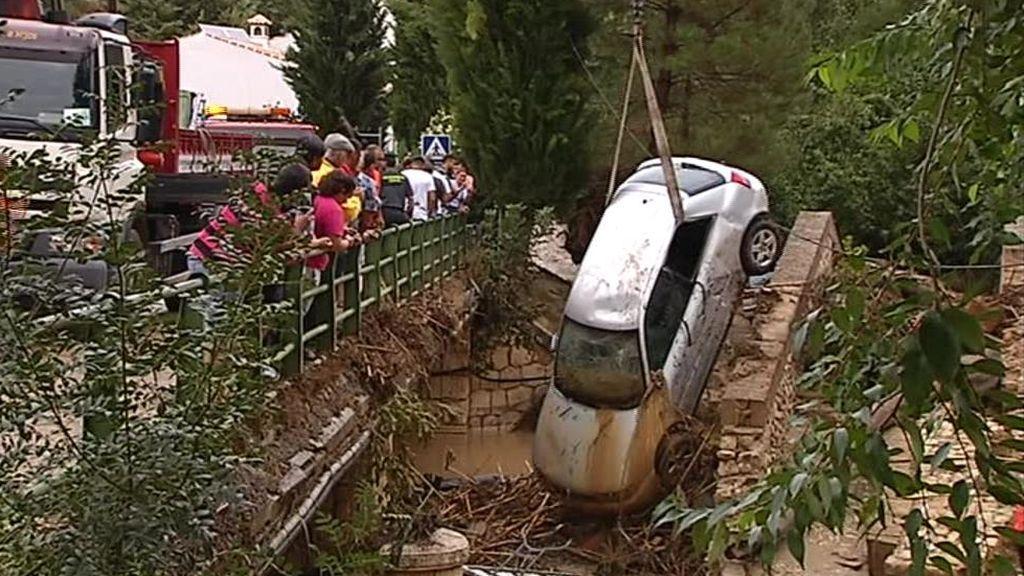 Decenas de coches a la deriva tras una riada en Riofrío, Granada