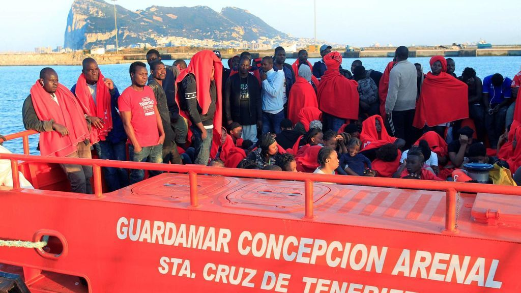 Retener a los migrantes en el mar, la propuesta de Austria e Italia en la Unión Europea
