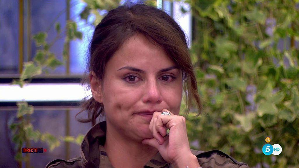 Mónica Hoyos llora ante la entrada de Miriam Saavedra y al recordar a Carlos Lozano