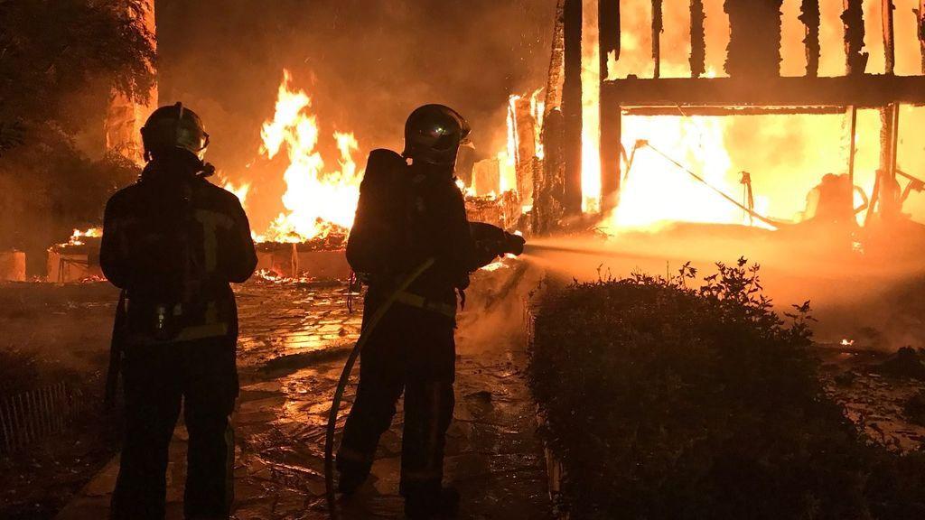 Los bomberos extinguen el incendio de una vivienda en Valdemorillo