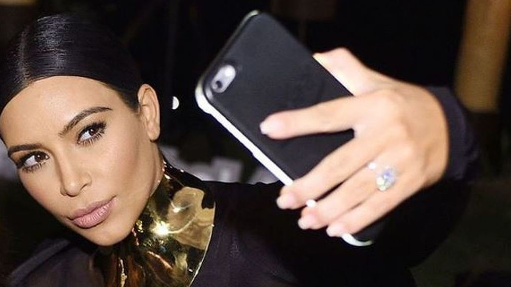 'Síndrome Kim Kardashian' en la mano o por qué deberías hacerte menos 'selfies': hablamos con un experto