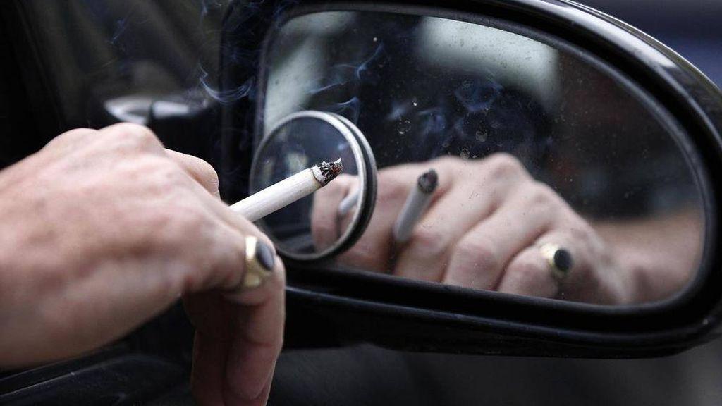 Prohibido fumar en el coche, la última vuelta de tuerca para los fumadores en Cataluña