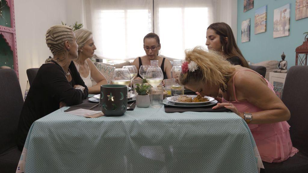 """Cinco mujeres """"provocadoras, gritonas y envidiosas"""" luchan en 'Ven a cenar conmigo'"""