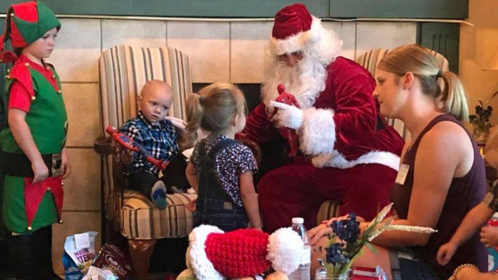 Adelantan la navidad para celebrarla con un niño de dos años con cáncer terminal