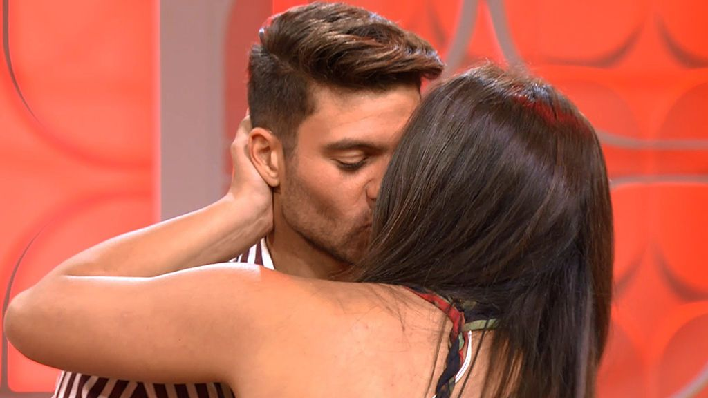 ¡Qué bonito! Moha y Mónica se besan en plató