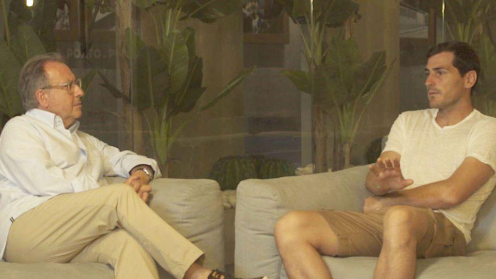 Josep Cuní e Iker Casillas, en el reportaje de Cuatro 'Lehman Brothers. La crisis que pagamos todos'.