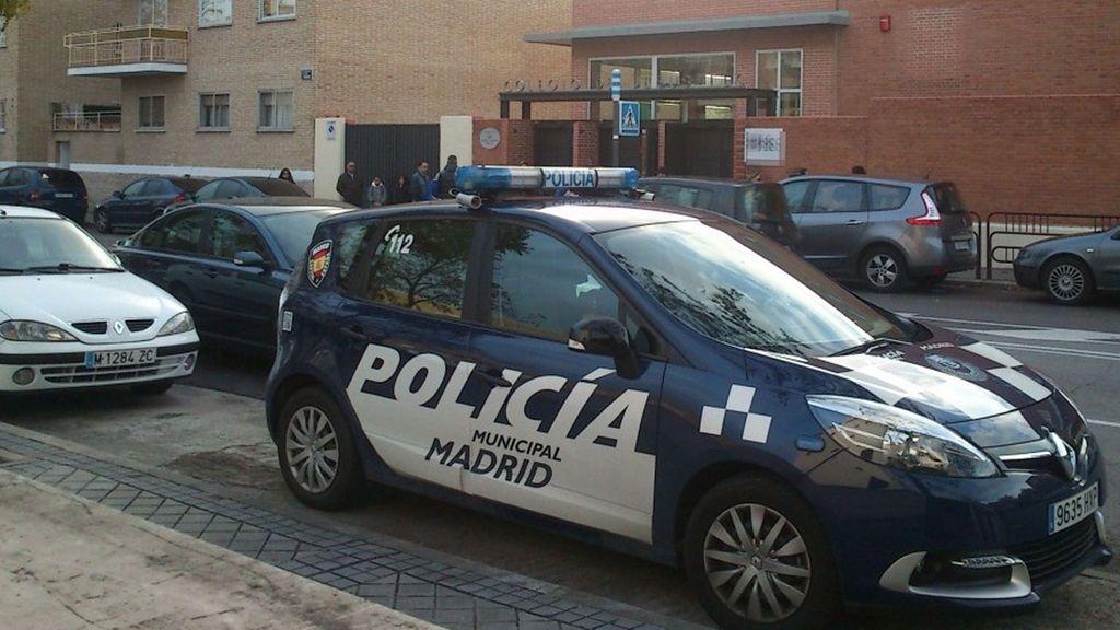 Ataba con las manos a la espalda as su hijo de 10 años mientras trabajaba en su tienda de Madrid