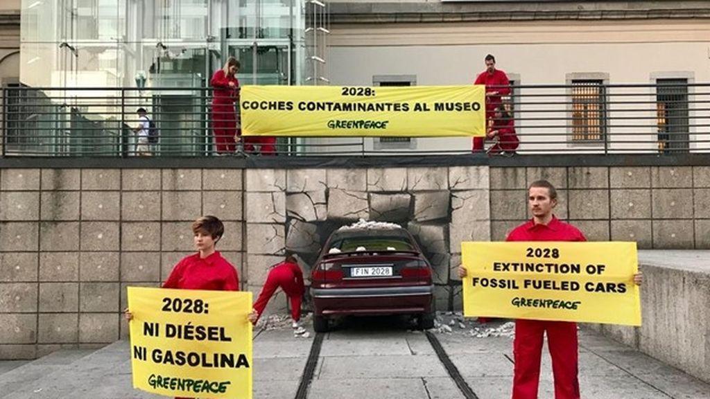 """Greenpeace """"estrella"""" un coche contra el Reina Sofía"""