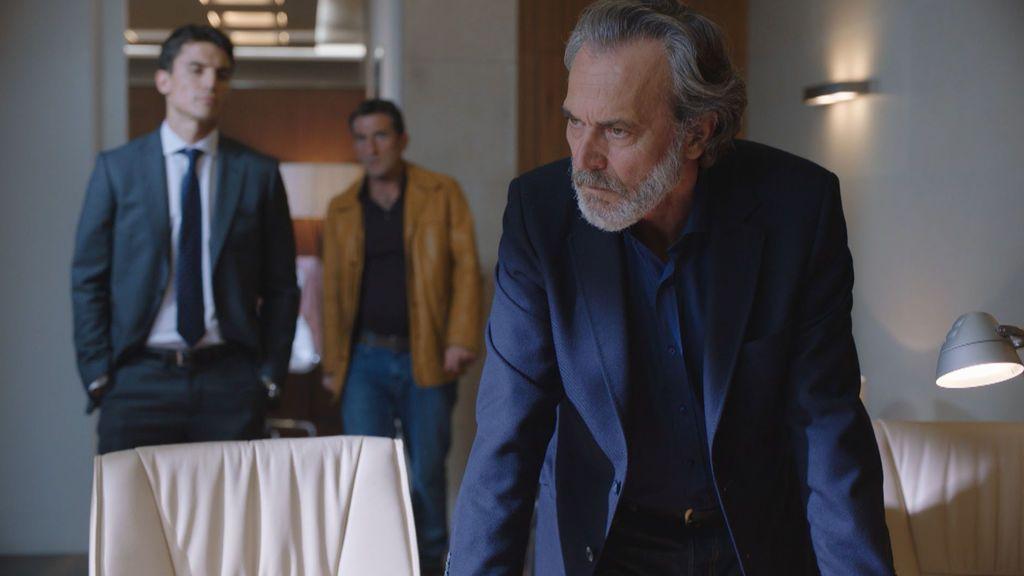 Álex González, Luis Zahera y Jose Coronado, en el primer episodio de 'Vivir sin permiso'.
